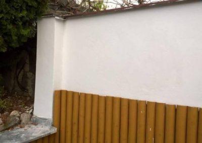 zapravená část zdi omítkou a po nátěru fasádní bílou barvou