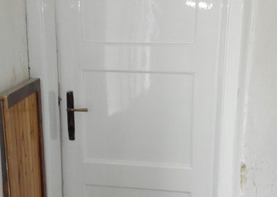 nalakované dveře bílým emailem